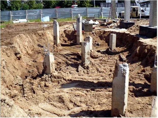 Выемка грунта для монтажа опалубки под монолитные площадки хозяйственного двора зоны разгрузки